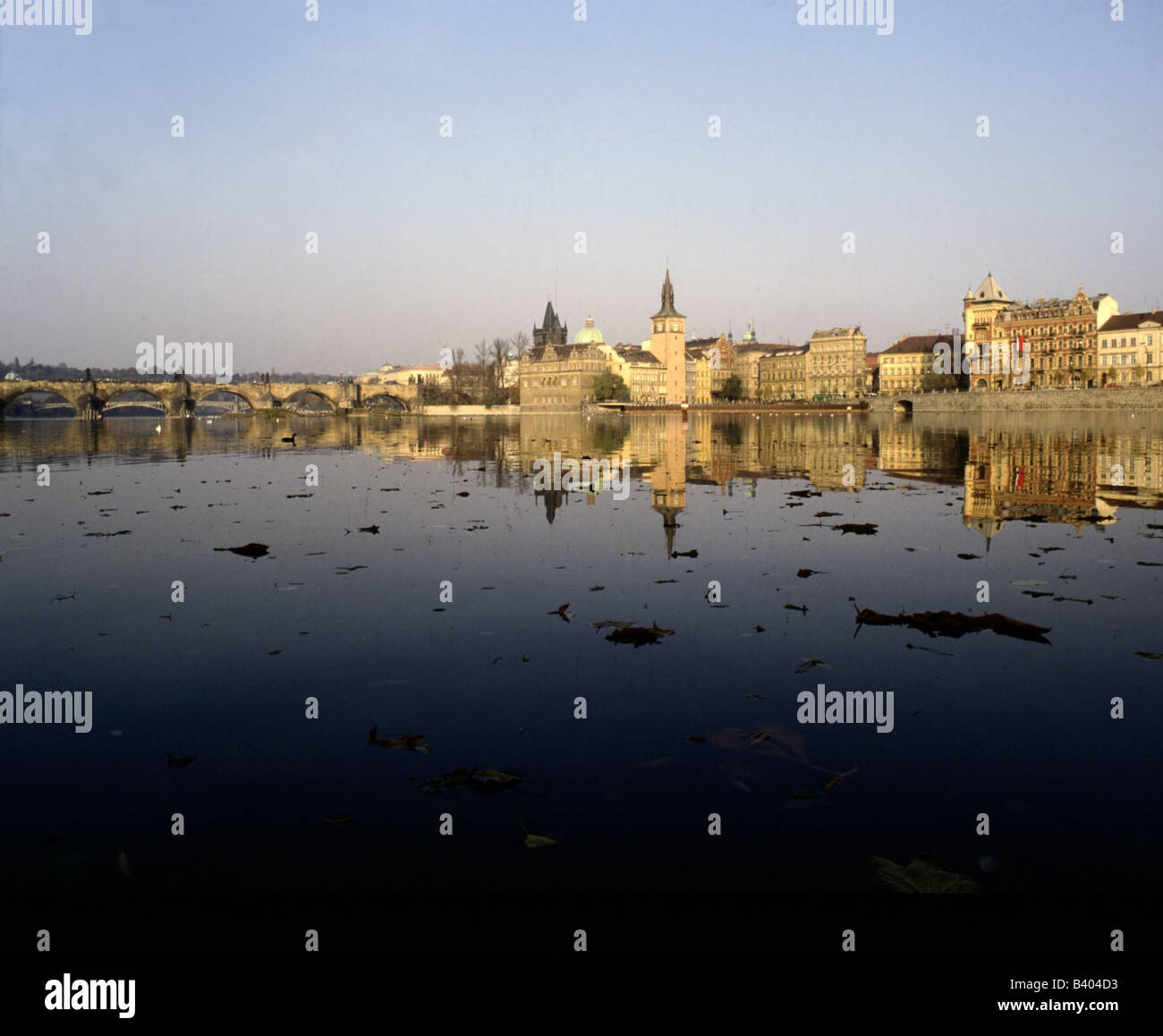 geography / travel, Czech Republic, Prague / Praha, view, Old Town (Stare Mesto), shore with Charles Bridge, river - Stock Image