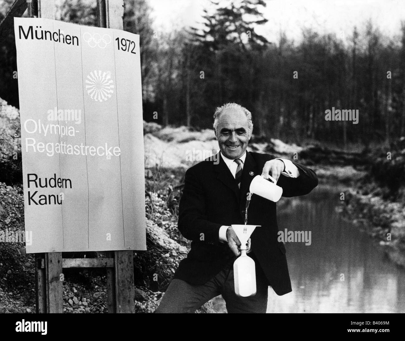 Soellner, Paul, 5.6.1911 - 8.4.1991, German athlete (rowing), takes water from the Olympic regatta course for christening - Stock Image