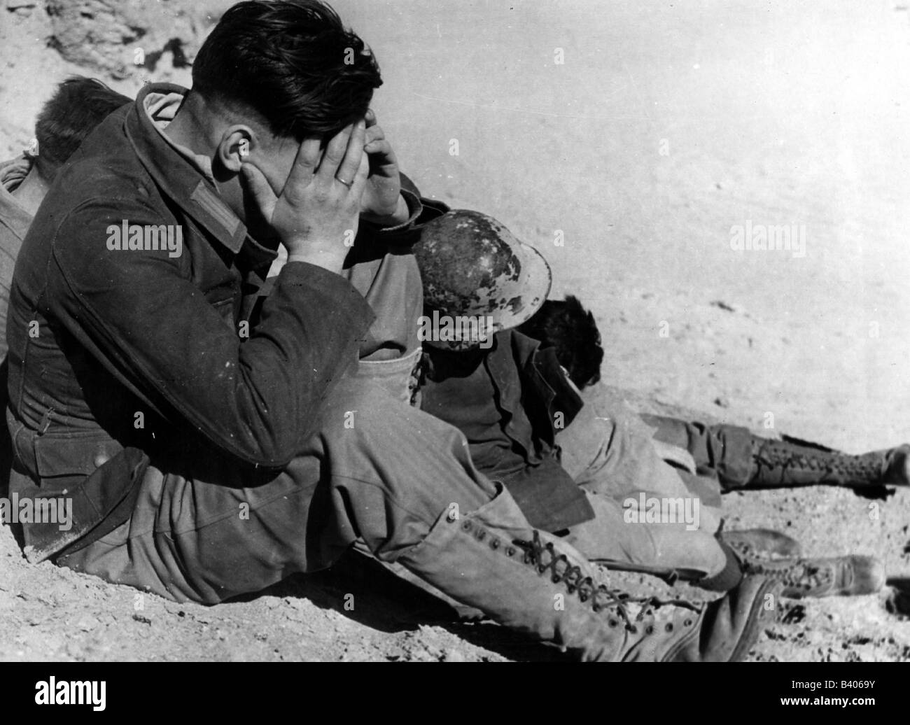 events, Second World War / WWII, North Africa, exhausted captured German soldiers, circa 1942, Additional-Rights - Stock Image