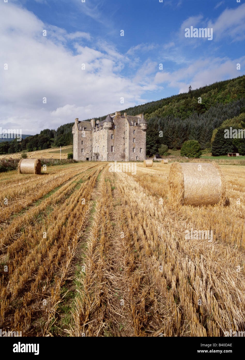 dh  MENZIES CASTLE PERTHSHIRE Highlander clan laird residences castle home field and harvested bales - Stock Image