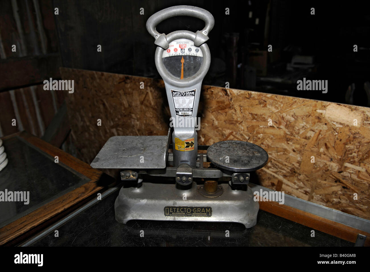 Old vintage circa 1930 weight scale - Stock Image