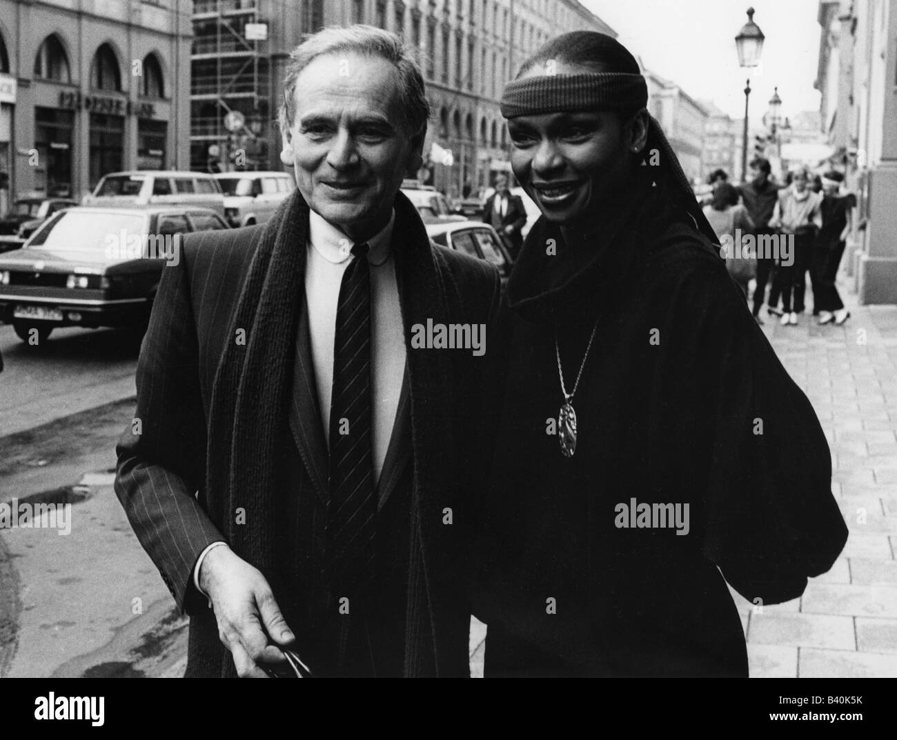 Cardin, Pierre  * 7.7.1922, French fashion designer, with model  Vivian Red, Maximilianstrasse, Munich, April 1982, - Stock Image