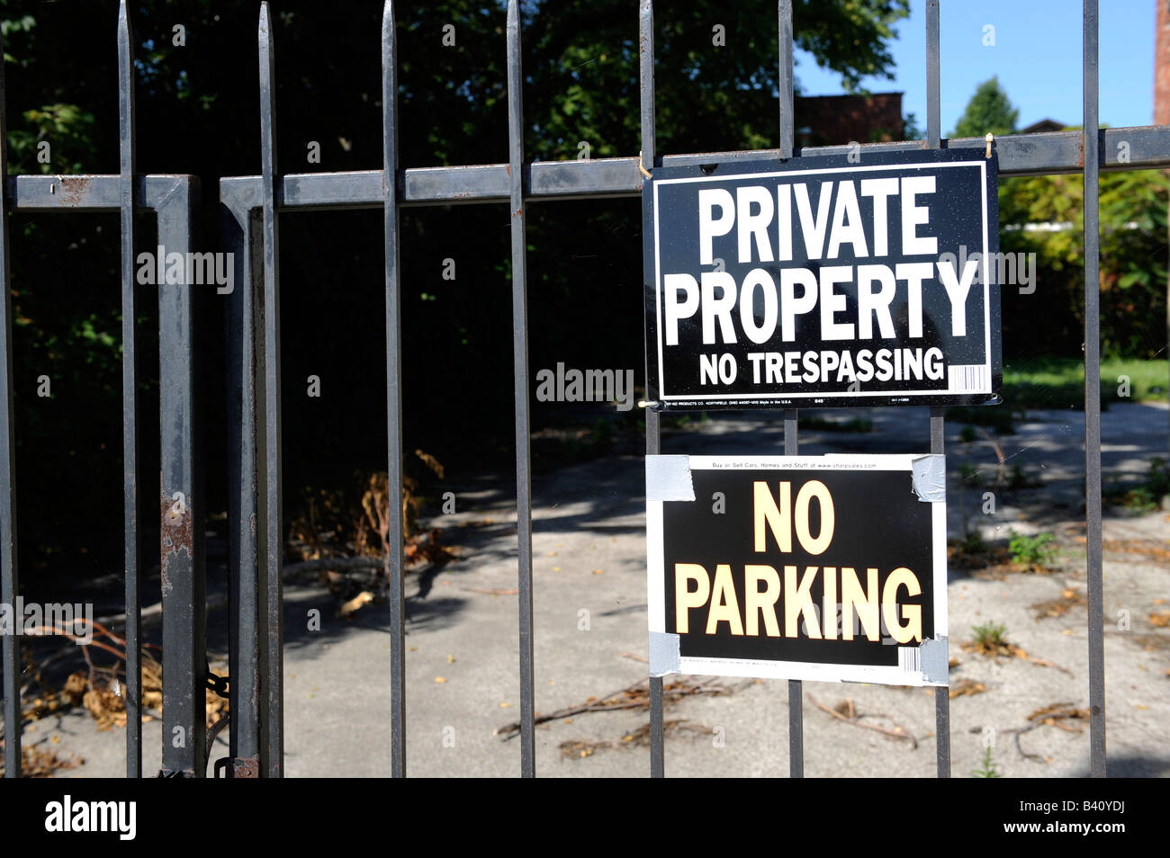 Private property no trespassing parking sign on gate Stock Photo