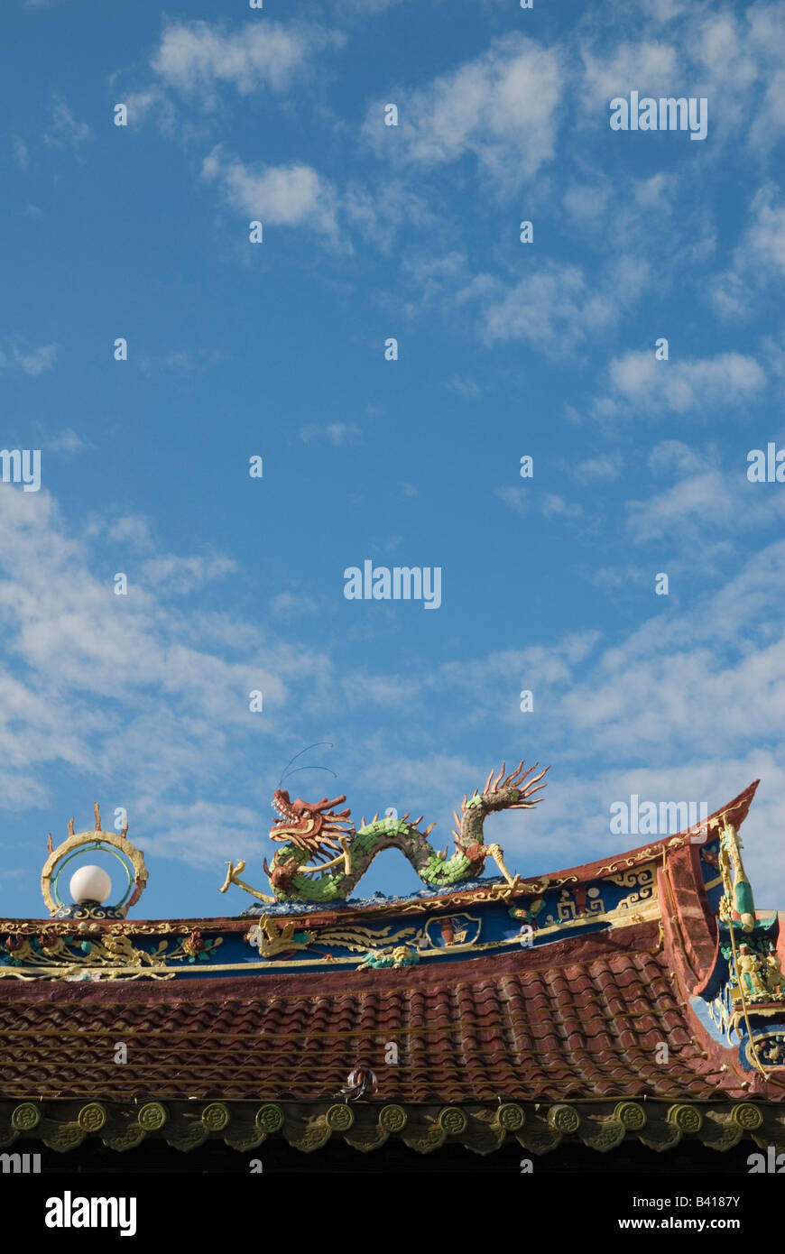 Eng Choon Association rooftop dragon and blue sky, Malacca, Malaysia - Stock Image