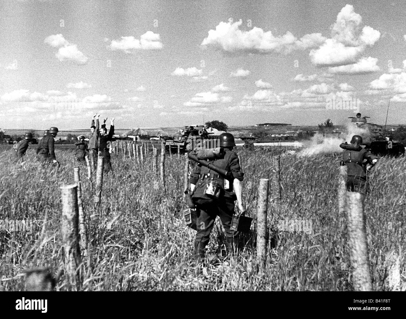 events, Second World War / WWII, Russia 1941, German advance, infantry following tanks, propaganda photo, Additional - Stock Image