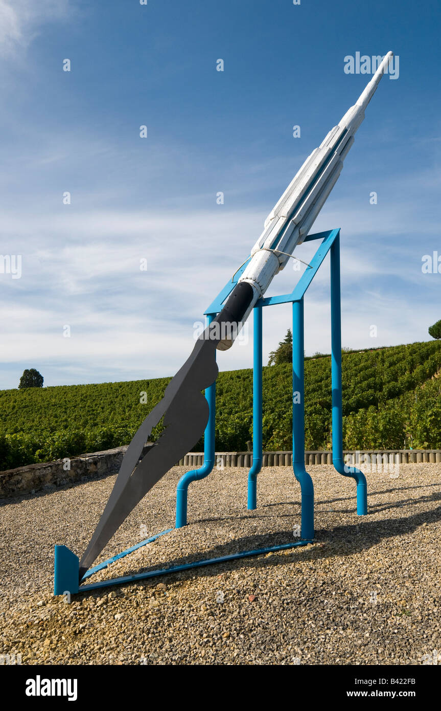 Oversize writing pen at Couly-Dutheil / Clos de l'Echo vineyard, Chinon, France. - Stock Image