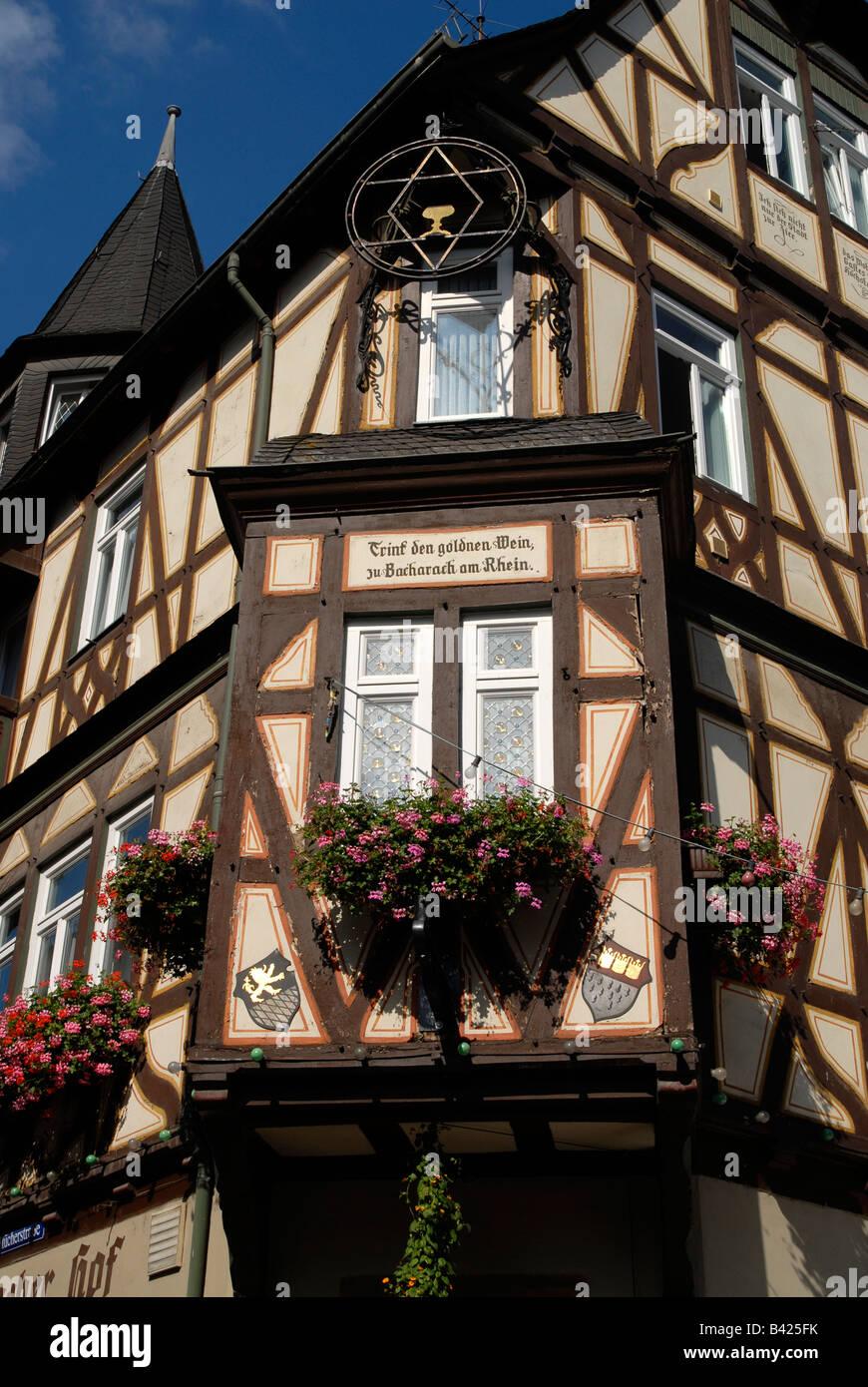 """Detail at the Hotel Restaurant Altkölnischer Hof in Bacharach with the text: """"Trink den goldnen Wein zu Bacharach Stock Photo"""