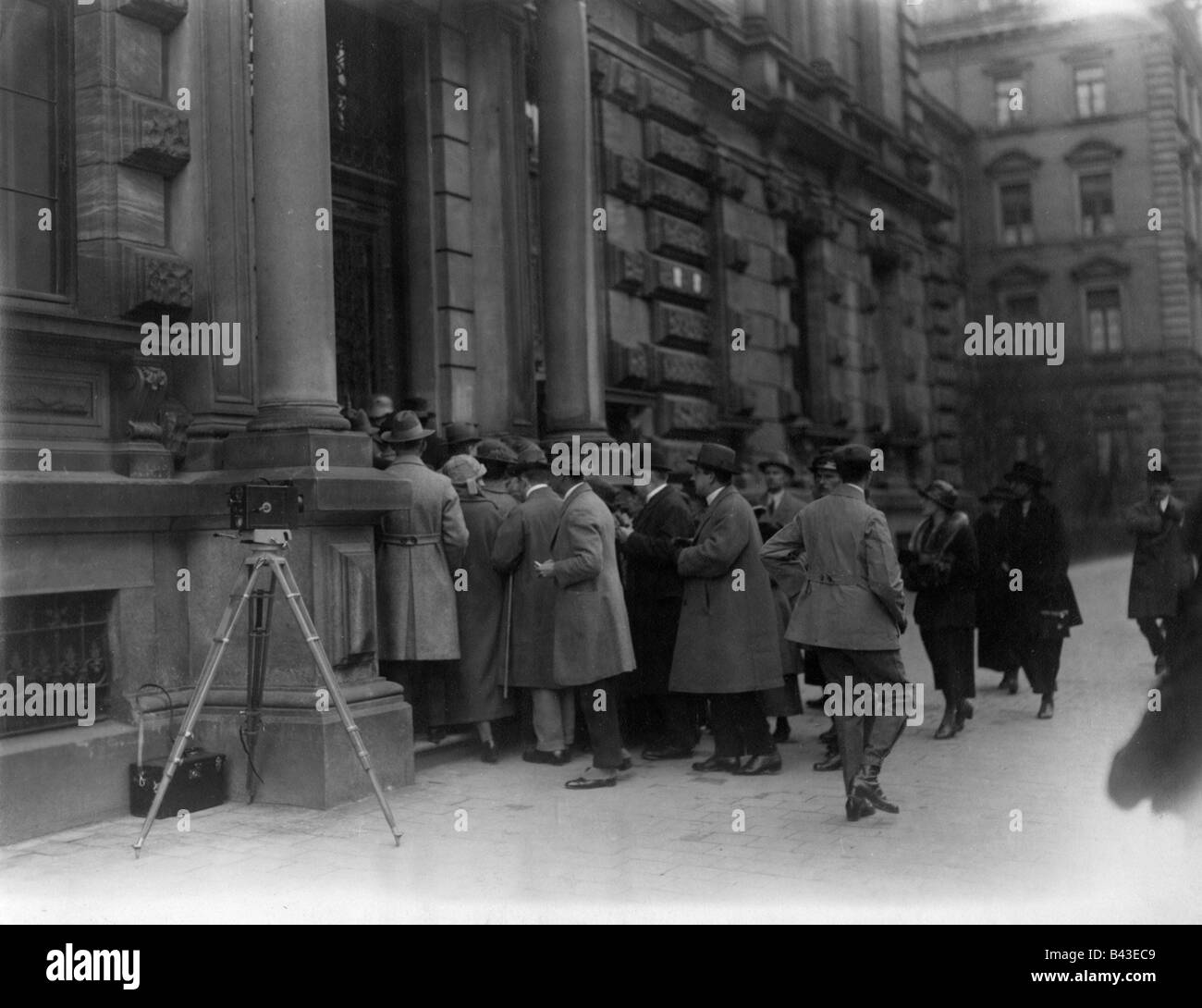 events, Beer Hall Putsch 1923, trial in Munich, rendition of judgement, 1.4.1924, rush at the entrance of Palace Stock Photo