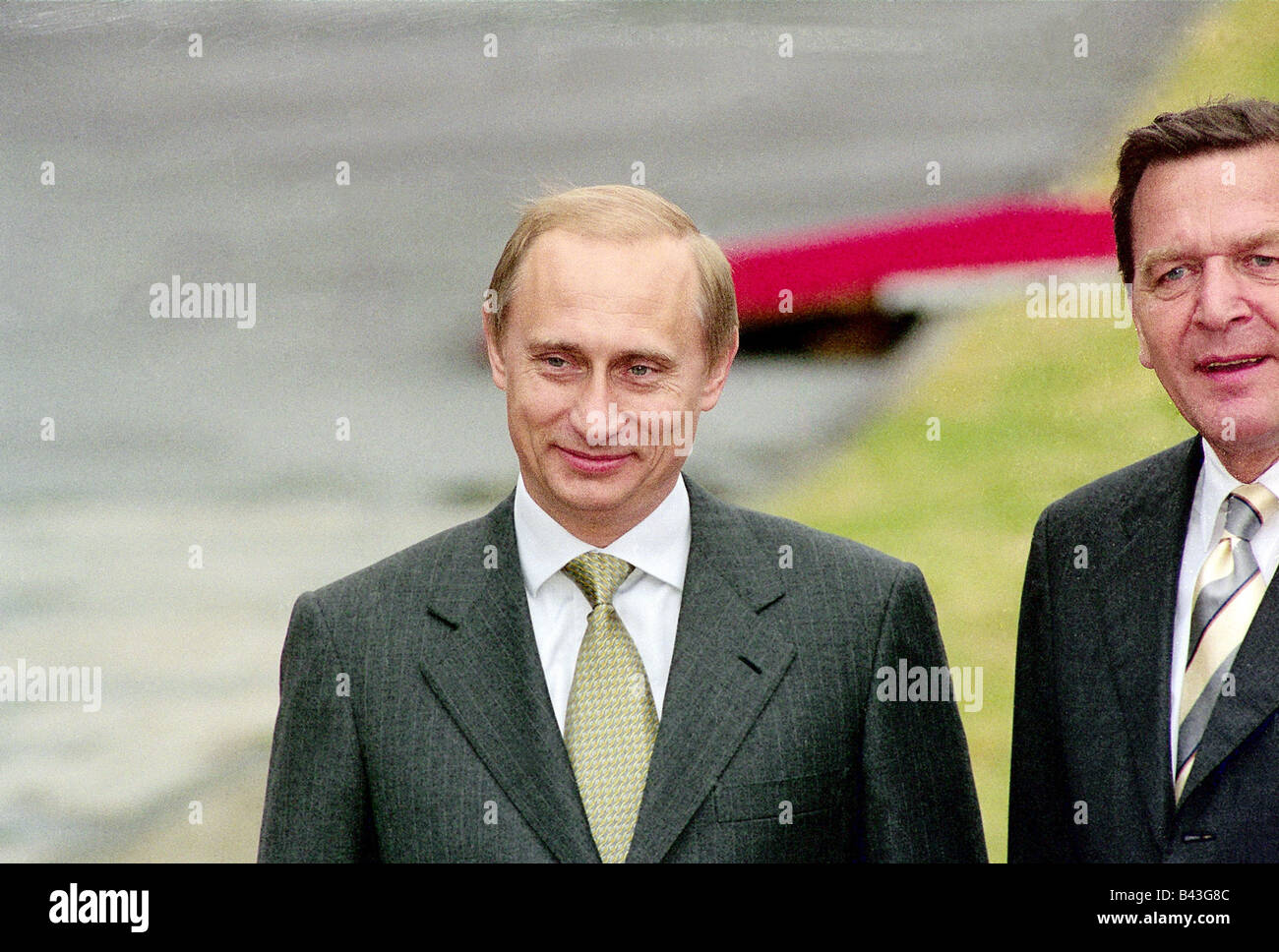 Putin, Vladimir, * 7.10.1952, Russian politician, president of Russia since 2000, half length, with chancellor Gerhard - Stock Image