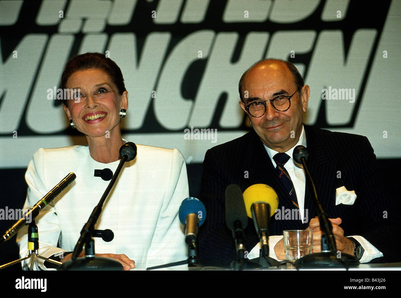 Donen, Stanley, * 24.4.1924, American director, with Audrey Hepburn, during interview, at opening of 10th movie - Stock Image