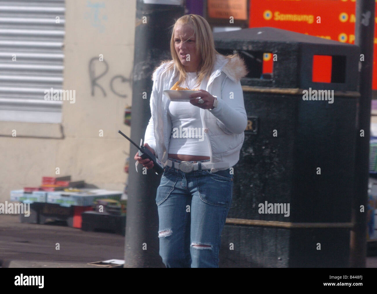 Rogue traders barras Glasgow February 2005 Selling smuggled cigarettes using youngsters armed with walkie talkies - Stock Image