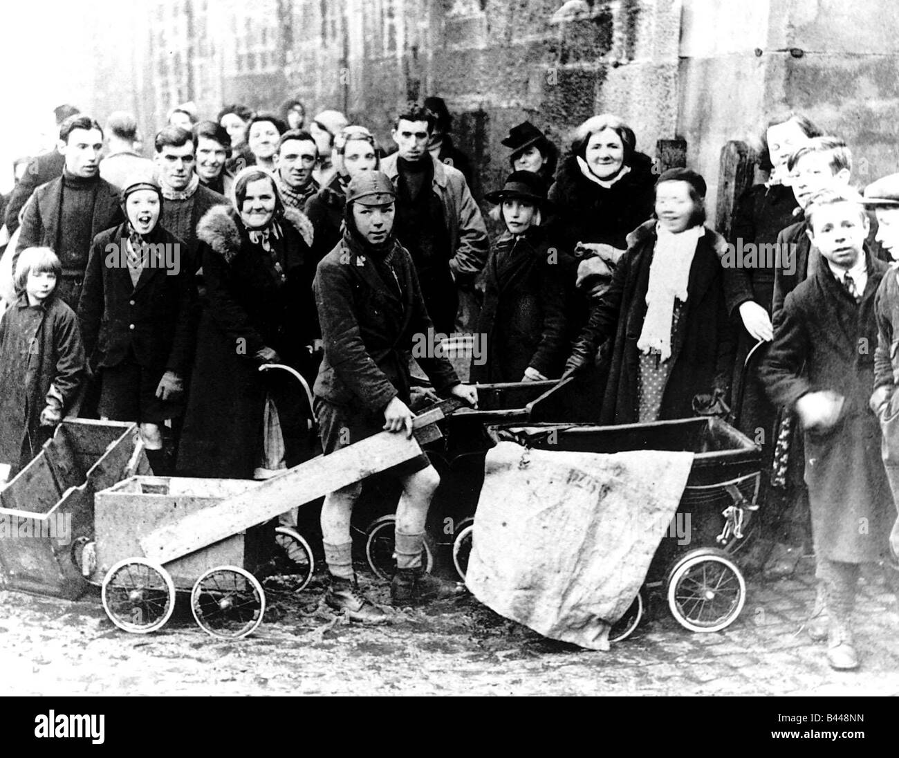 World War Two Children wait to be evacuated from a Scottish town to avoid air raids - Stock Image