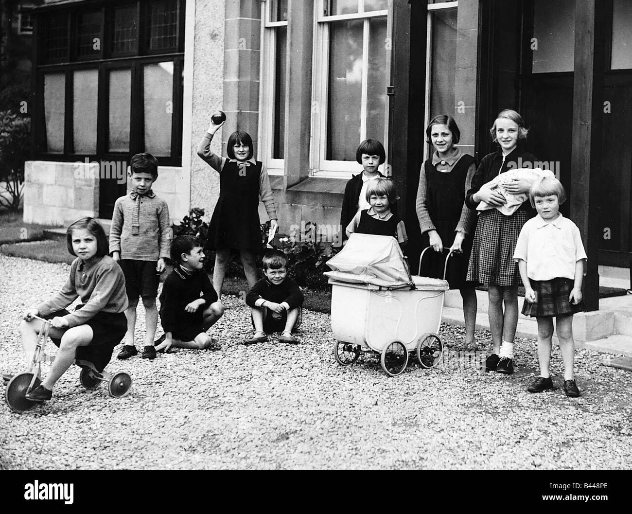 Children evacuated from Glasgow during World War Two play in a garden at Duneira Rhu - Stock Image