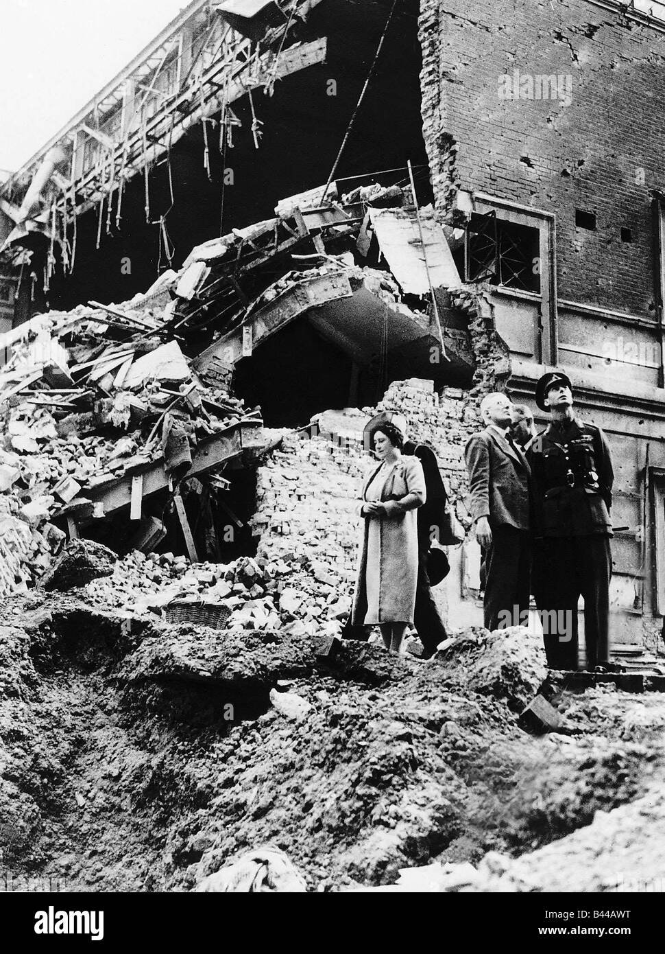 Queen Elizabeth and King George VI tour WW2 bomb sites during the Blitz of London - Stock Image