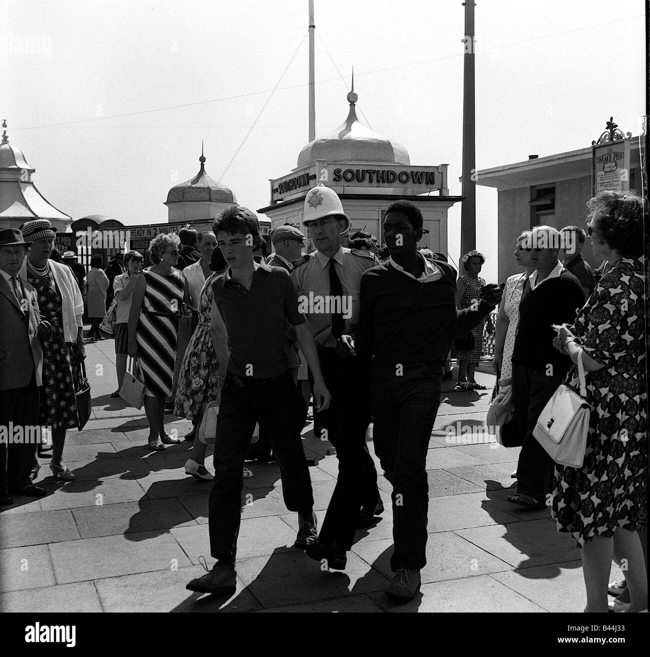 Mods arrested in Brighton during clash with rockers 1964 - Stock Image