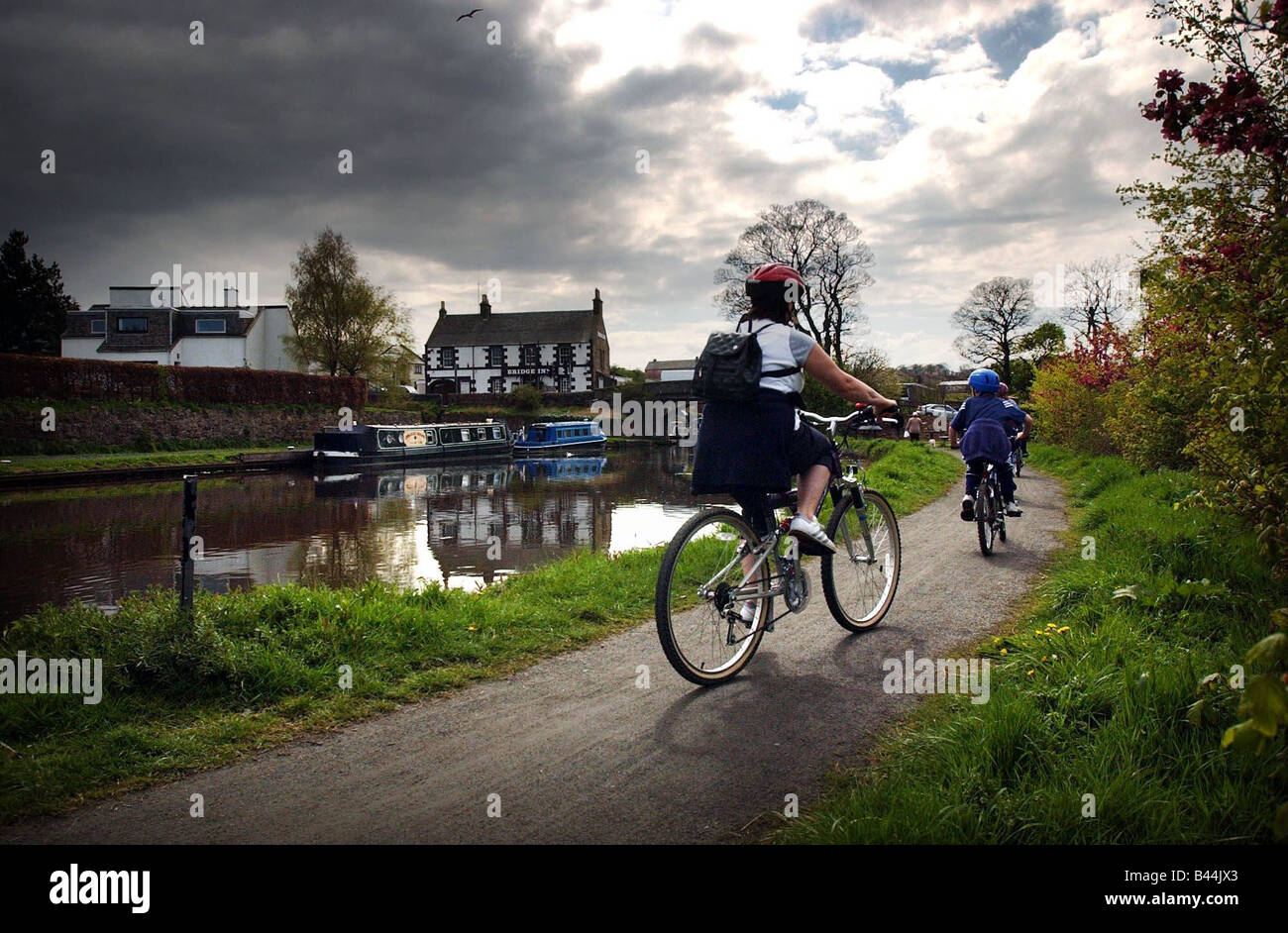 Cyclists at Union Canal next to Bridge Inn Ratho May 2002 - Stock Image