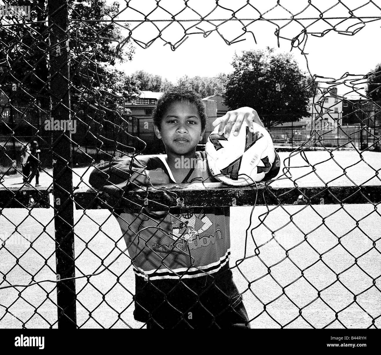 PERMISSION MUST BE OBTAINED FROM MIRRORPIX BEFORE USE Inner City Housing Estate Hackney London June 2002 Children - Stock Image