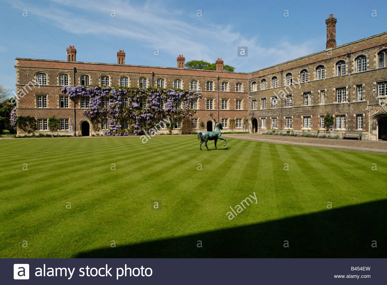 horse sculpture on the lawn of the 'First Court' of 'Jesus College' in Cambridge - Stock Image