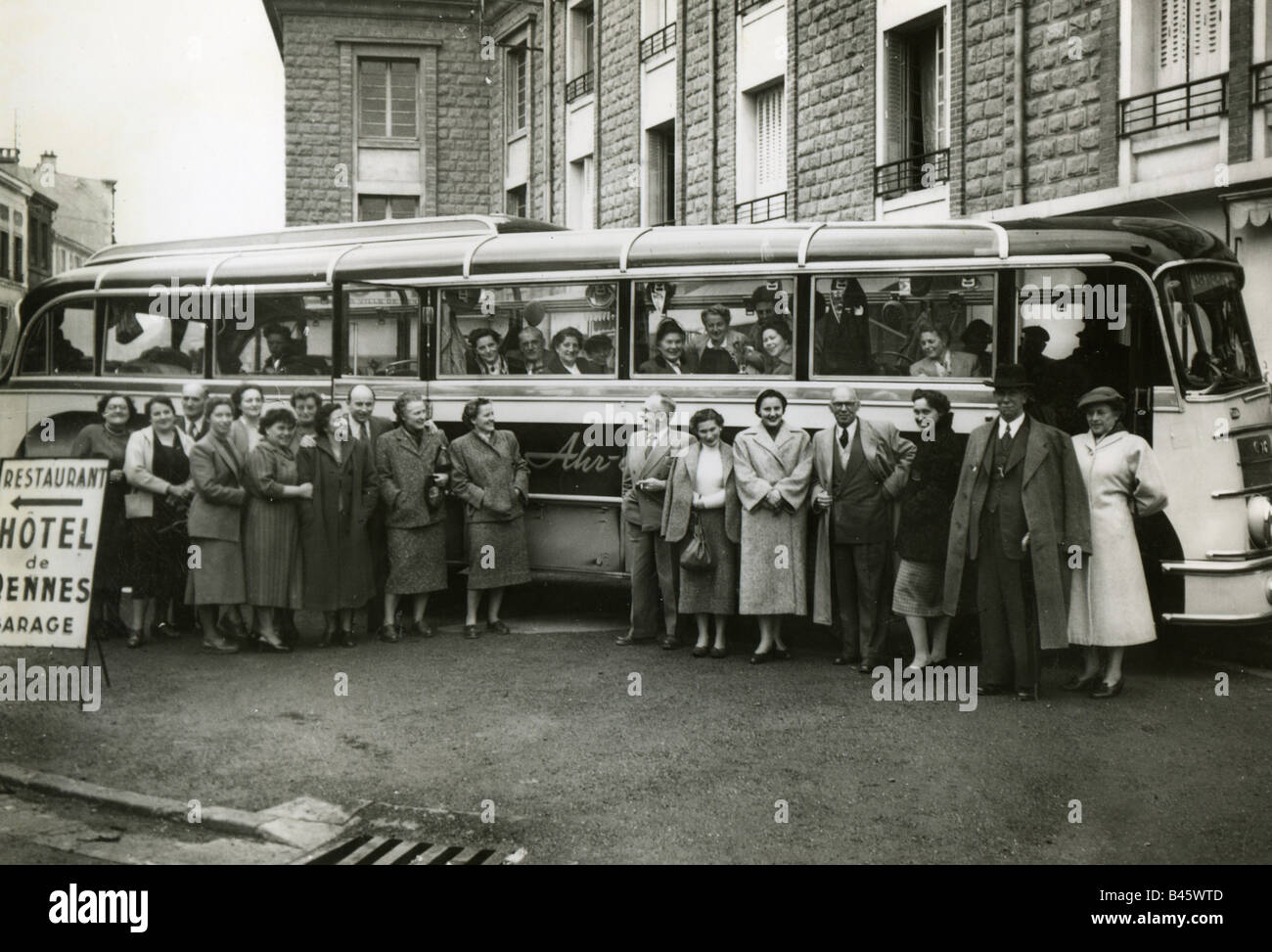 tourism, bus travels, party, bus, Vonziers, France, 1954, Additional-Rights-Clearances-NA - Stock Image