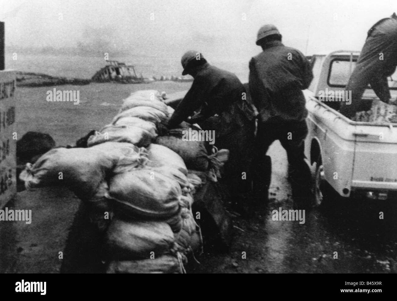 geography / travel, Japan, natural disasters, flood, rain typhoon trix, helper with sandbag, Kochi, 1.9.1971, Additional - Stock Image