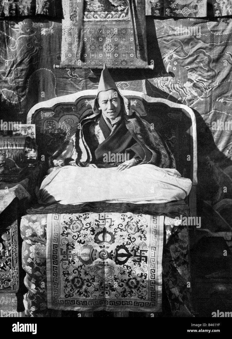 Dalai Lama 14th (Tenzin Gyatso), * 6.7.1935, Tibetan lama and politician, his representative 1933 - 1940, half length, - Stock Image