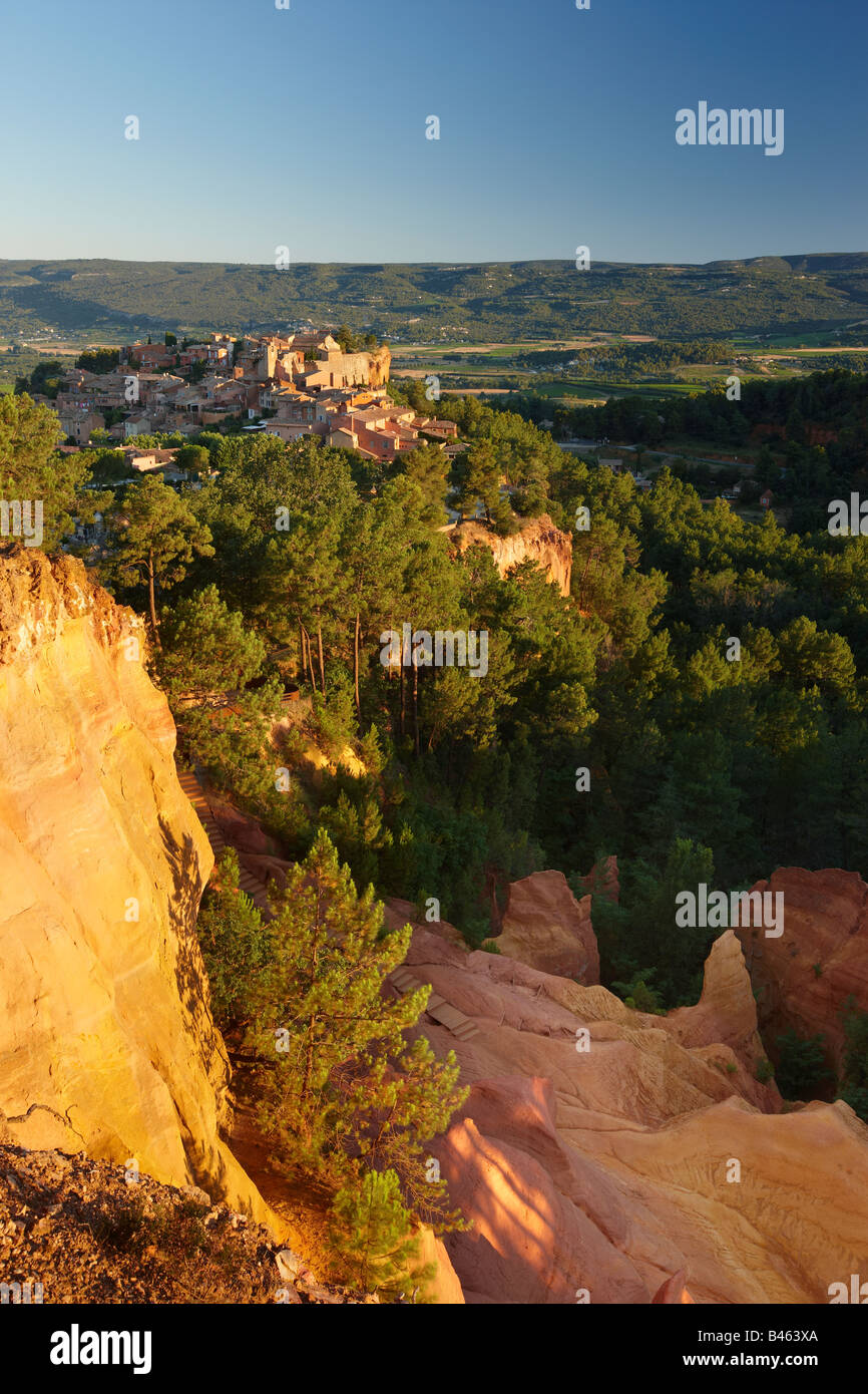 Rousillon and the Sentier des Ochre, the Vaucluse, Provence, France - Stock Image
