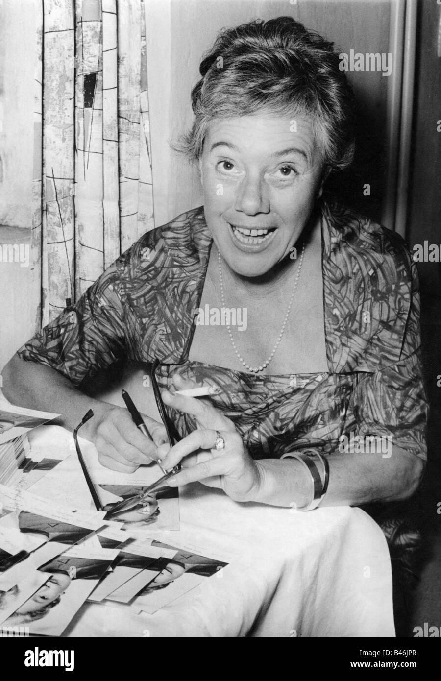 Herking, Ursula, 28.1.1912 - 17.11.1974, German actress, half length, premiere of 'Pension Schoeller', Turmpalast, - Stock Image