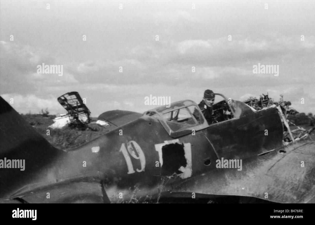 events, Second World War / WWII, aerial warfare, aircraft, crashed / damaged, Luftwaffe pilot in the cockpit of a destroyed Soviet fighter aircraft, Vitebsk, Belarus, September 1941, Stock Photo