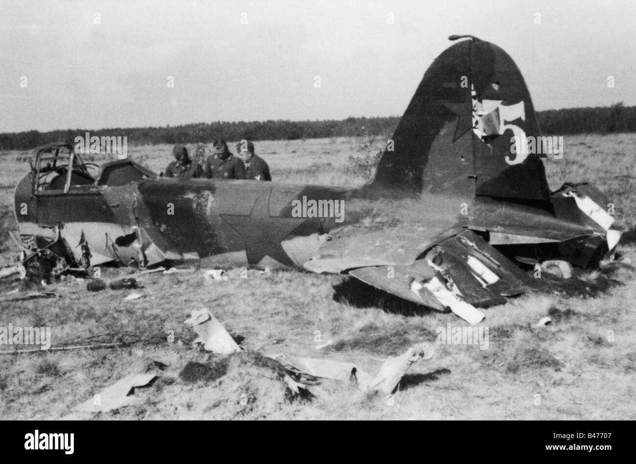 events, Second World War / WWII, aerial warfare, aircraft, crashed / damaged, German soldiers inspecting a shot Stock Photo