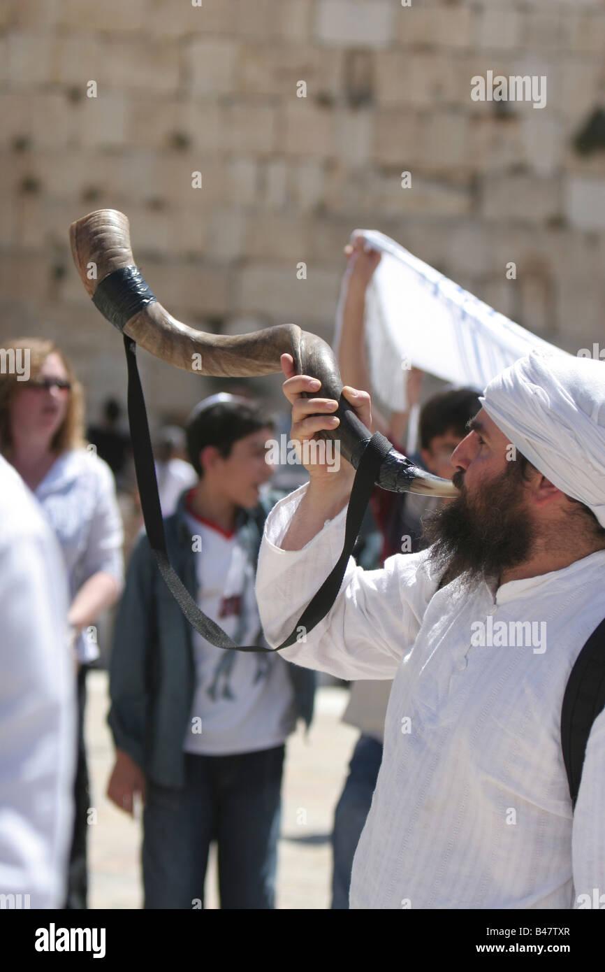 Israel Jerusalem Wailing Wall Blowing a shofar - Stock Image