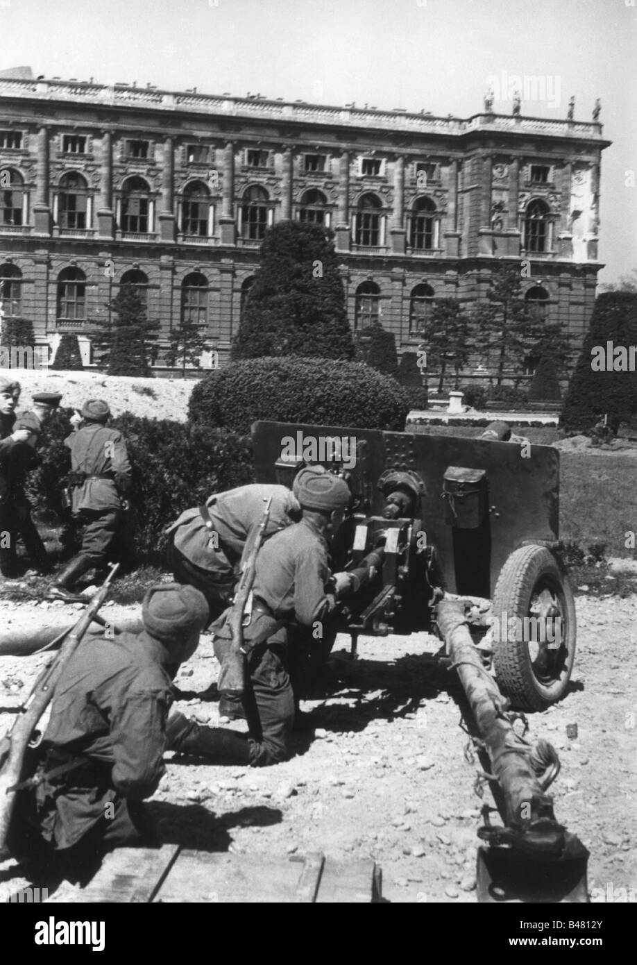 events, Second World War / WWII, Austria, end of war, Vienna 1945, Soviet soldiers with anti-tank gun at the Maria Stock Photo