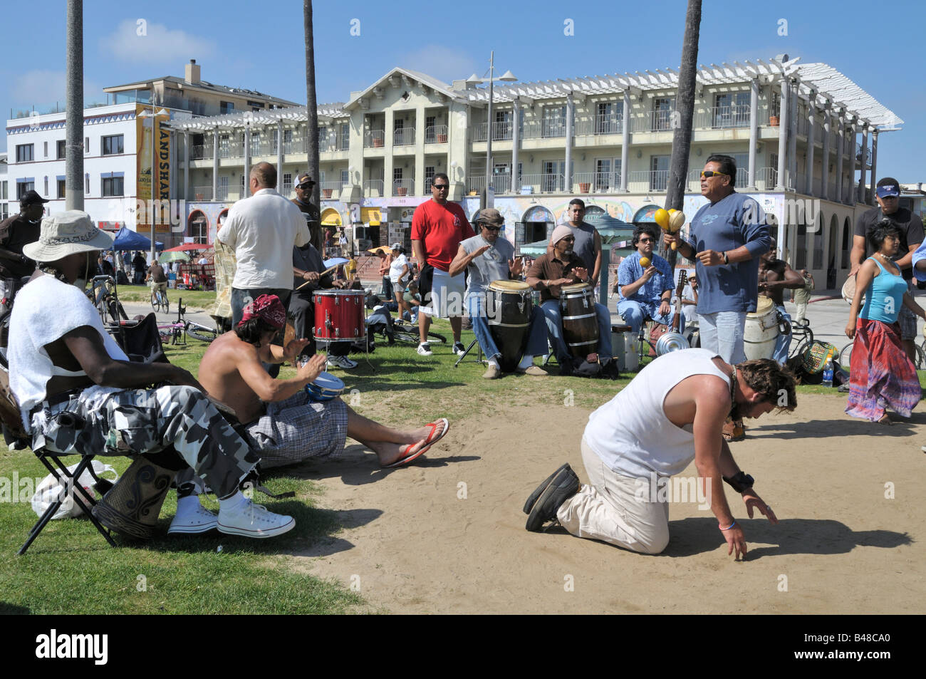 A rhythm session in full swing just off of popular Ocean Front Walk, Venice Beach - Stock Image
