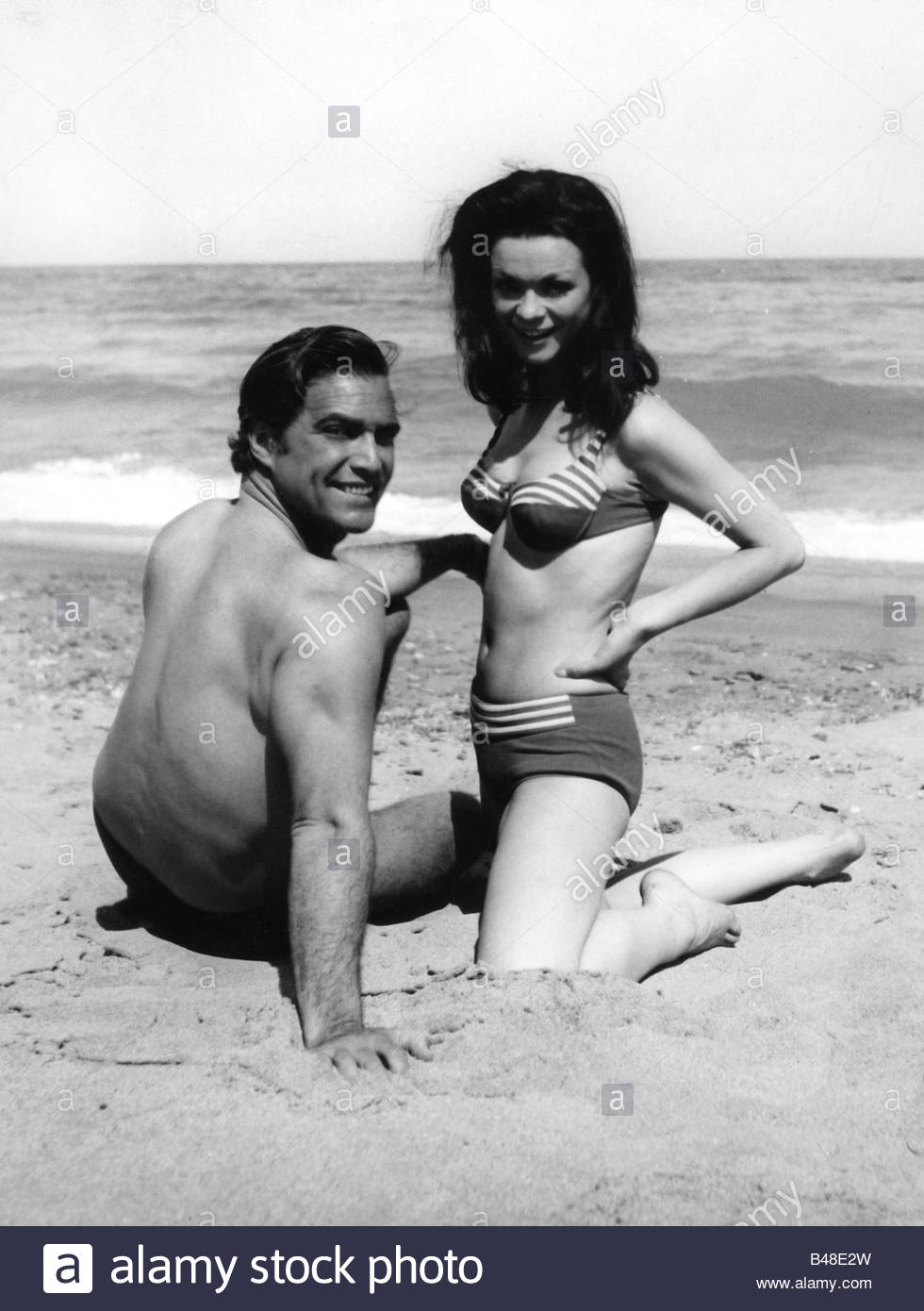 Versini, Marie, * 10.8.1940, French actress, with Gustavo Rojo, full length, 1960s, 60s, sand, sandy beach, two - Stock Image