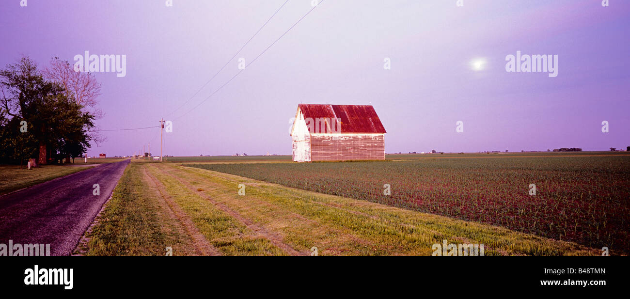 Moonrise over a barn and corn field in central Illinois - Stock Image