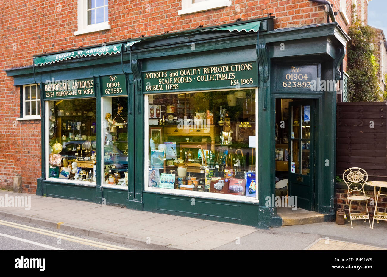 Antiques shop, front exterior, England, UK - Stock Image