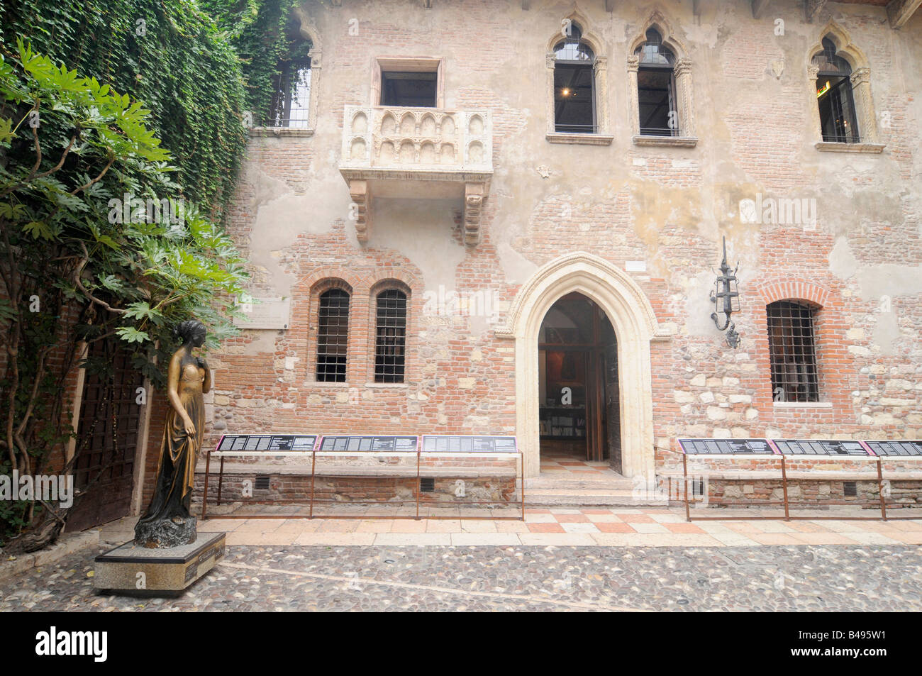 "Balcony and statue of Juliet in the ""Casa de Giulietta"" in Verona, Italy. A character from Shakespeare's ""Romeo Stock Photo"