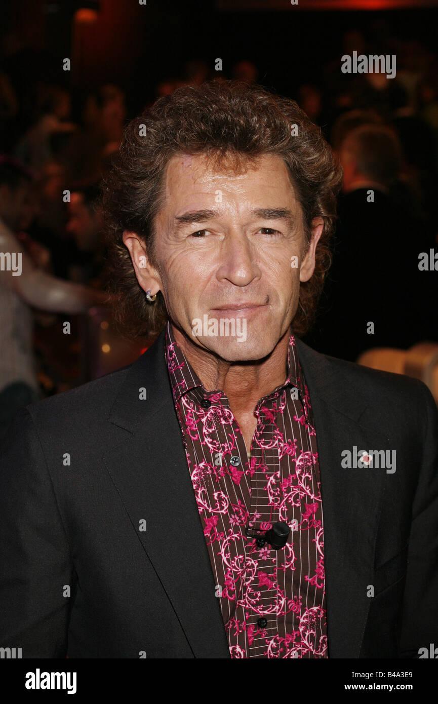"""Maffay, Peter, * 30.8.1949, German singer, portrait, guest at TV show """"Star Quiz mit Jörg Pilawa"""", Hamburg, 28.11.2006, Stock Photo"""
