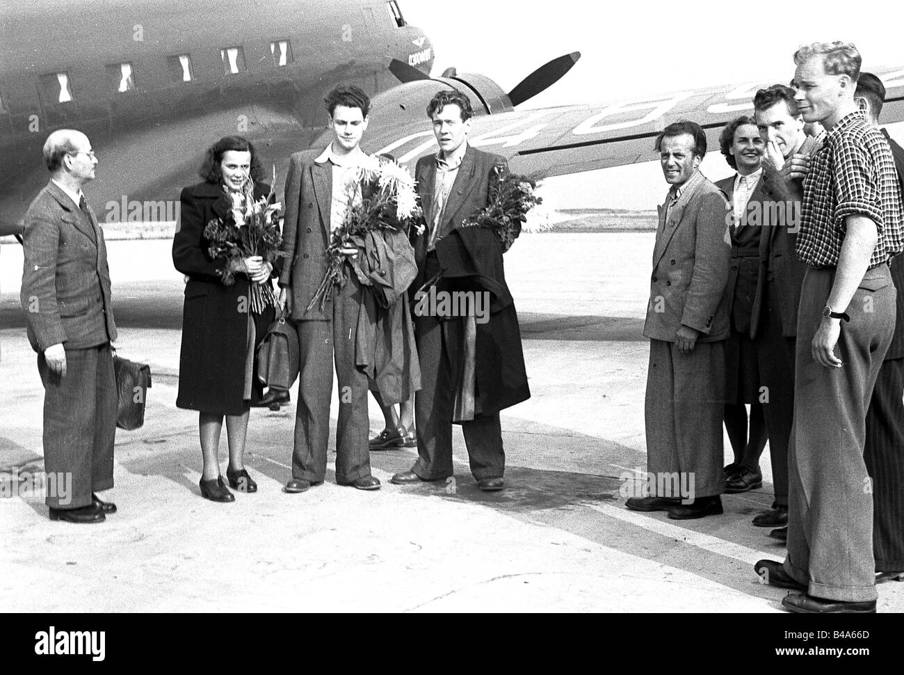 geography/travel, Germany, German Democratic Republic, people, youth, delegation returning from Moscow, 1950,  airport, - Stock Image
