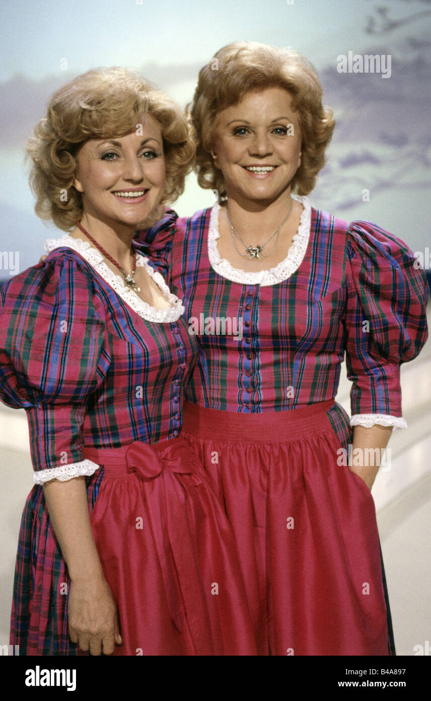 Hellwig, Maria, 22.2.1920 - 26.11.2010, and Margot * 5.7.1941, German singers (folk music), half length, TV show - Stock Image