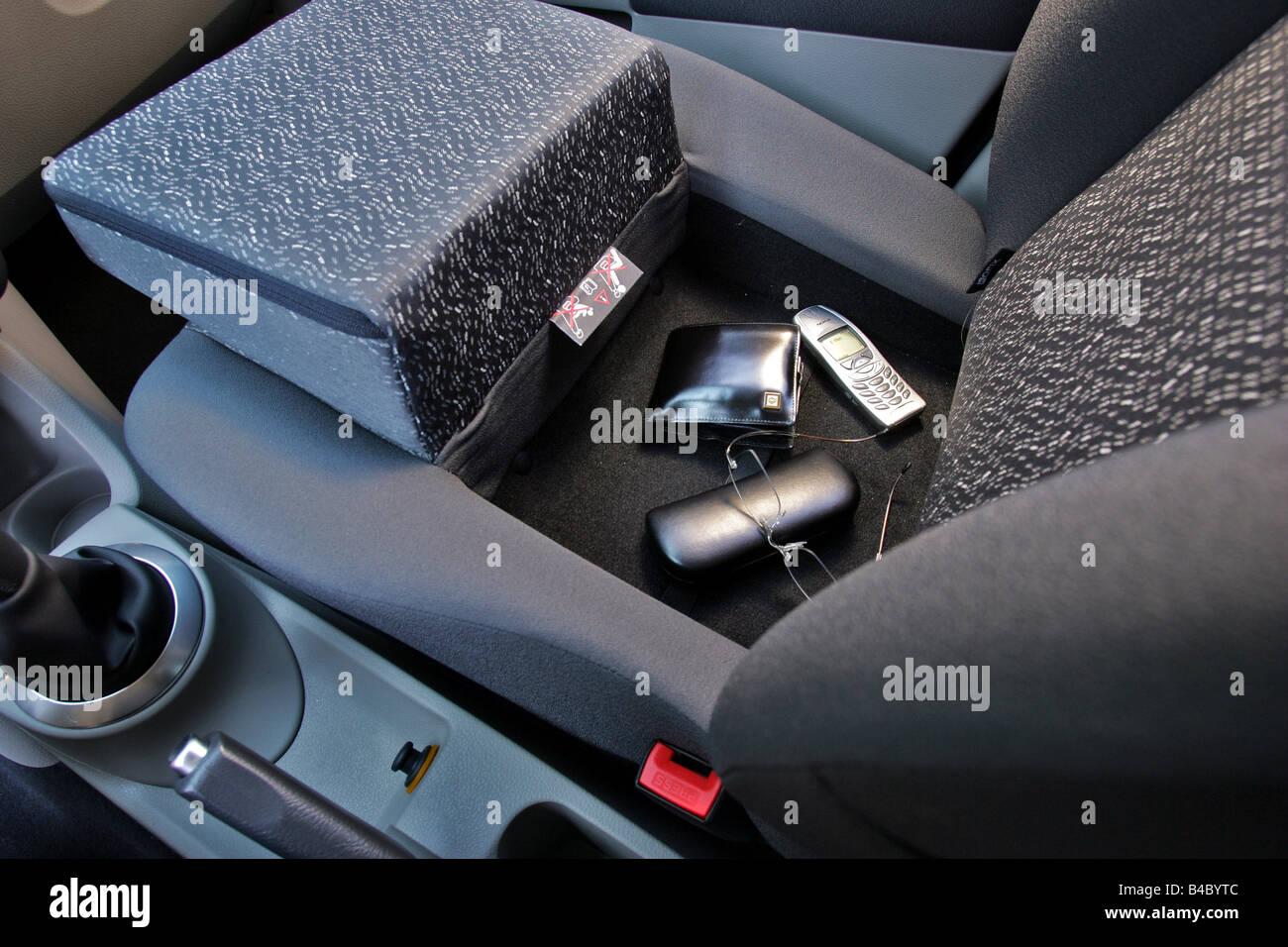 https://c8.alamy.com/comp/B4BYTC/car-renault-modus-16-16v-model-year-2004-dark-blue-lower-middle-sized-B4BYTC.jpg