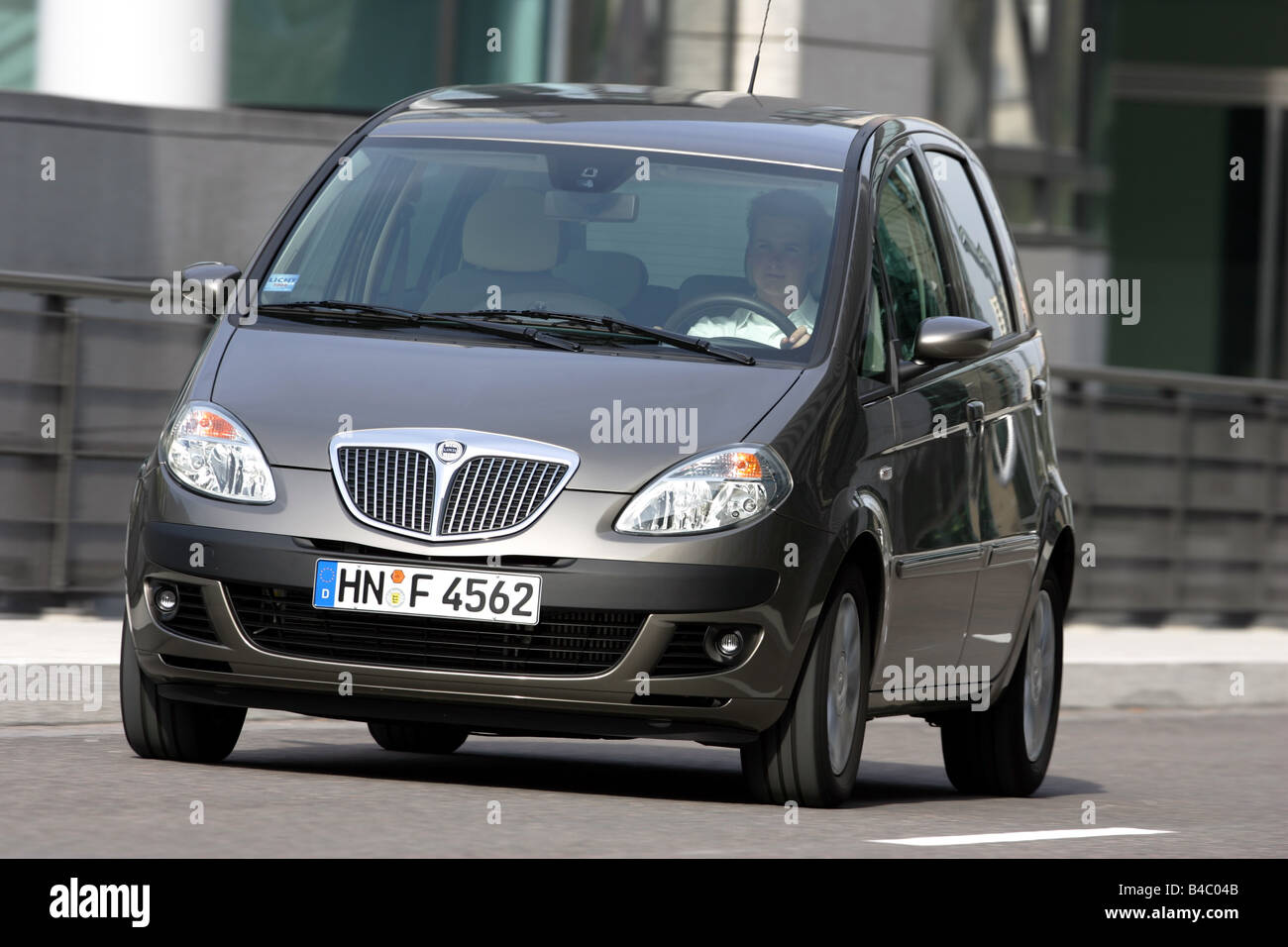 https://c8.alamy.com/comp/B4C04B/car-lancia-musa-multijet-10-jtd-van-model-year-2004-driving-diagonal-B4C04B.jpg