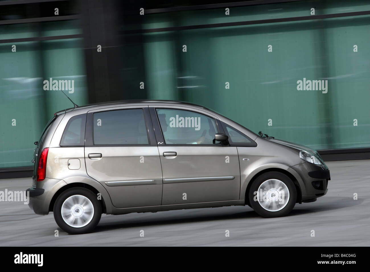 https://c8.alamy.com/comp/B4C04G/car-lancia-musa-multijet-10-jtd-van-model-year-2004-driving-side-view-B4C04G.jpg