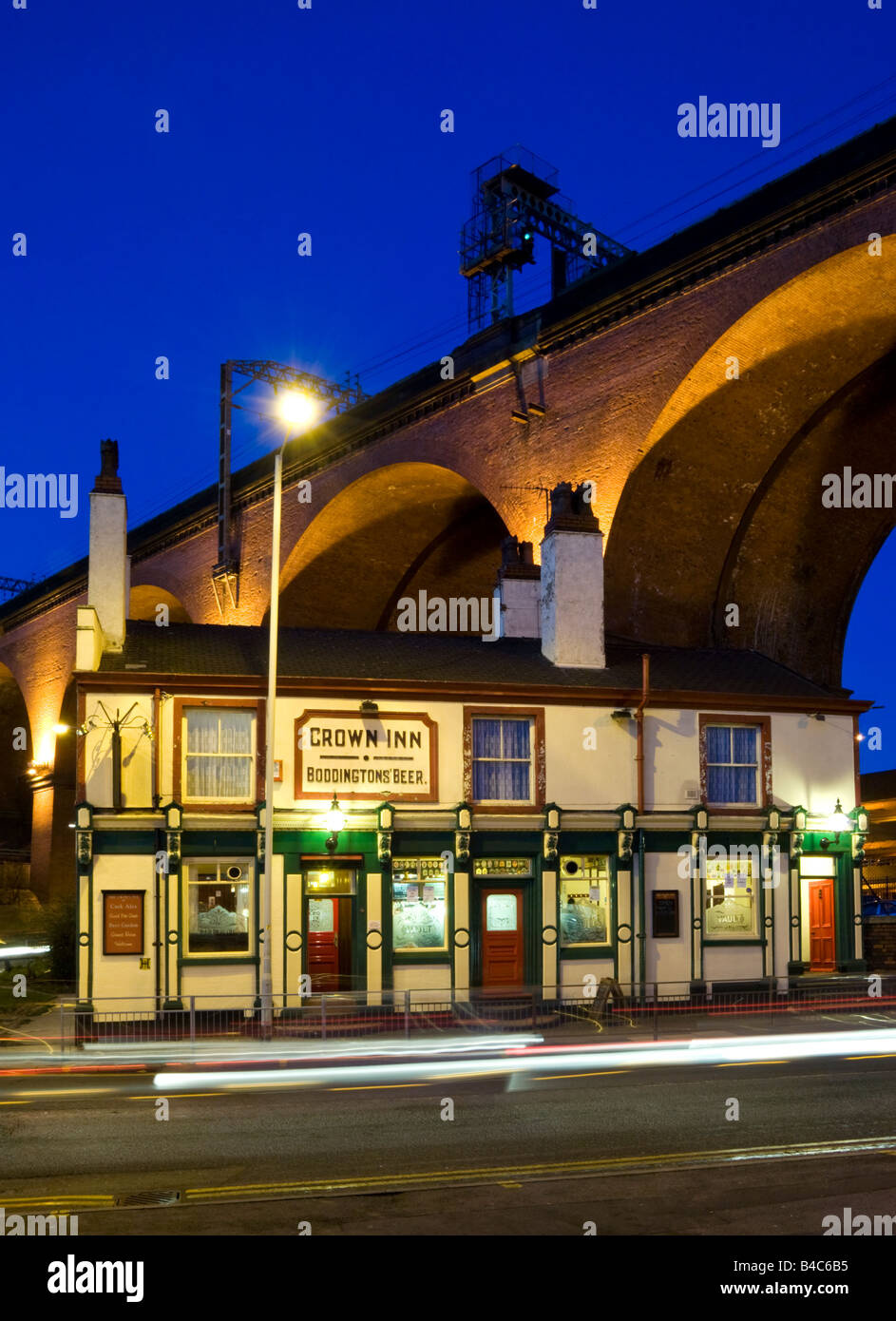 The Crown Inn Public House & Stockport Viaduct at Night, Stockport, Greater Manchester, England, UK - Stock Image