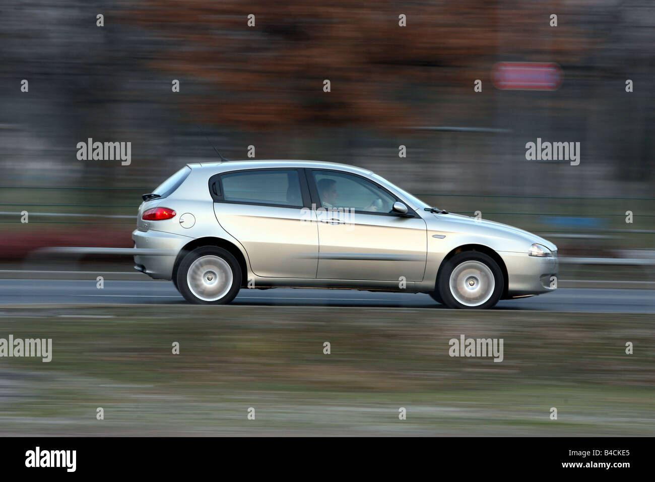 Alfa Romeo 147 1.9 JTD 16 V Distinctive, model year 2004-, silver, driving, side view, country road - Stock Image
