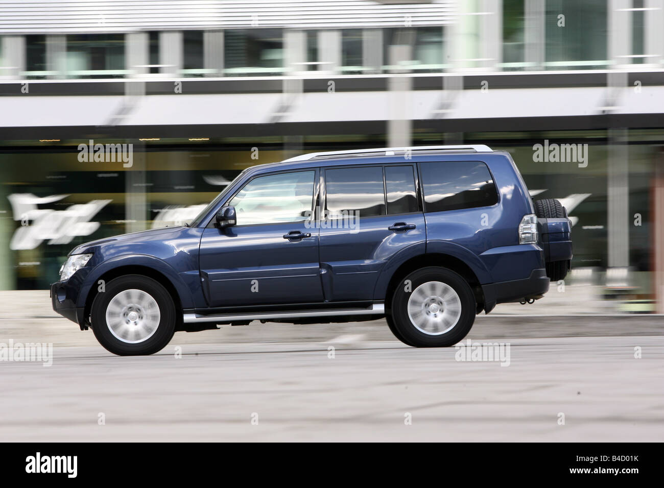 Mitsubishi Pajero 3,2 Instyle-Version, model year 2007-, dunkelblue moving, side view, City - Stock Image