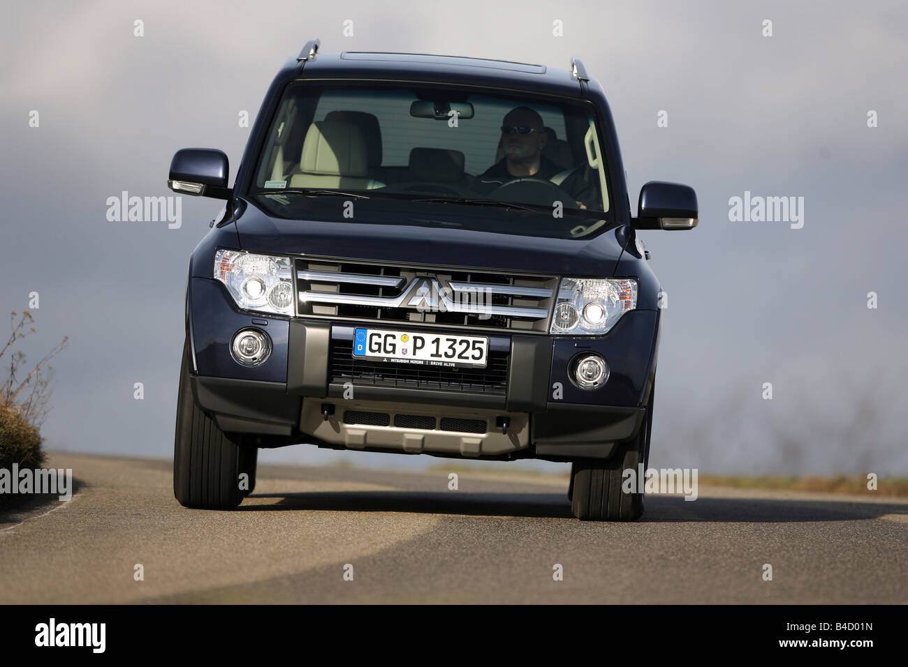 Mitsubishi Pajero 3,2 Instyle-Version, model year 2007-, dunkelblue moving, diagonal from the front, frontal view, Stock Photo