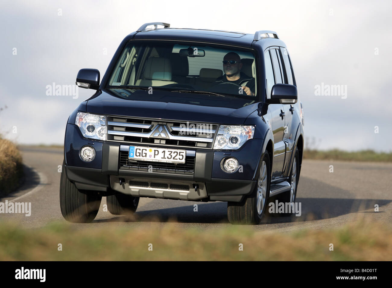 Mitsubishi Pajero 3,2 Instyle-Version, model year 2007-, dunkelblue moving, diagonal from the front, frontal view, - Stock Image
