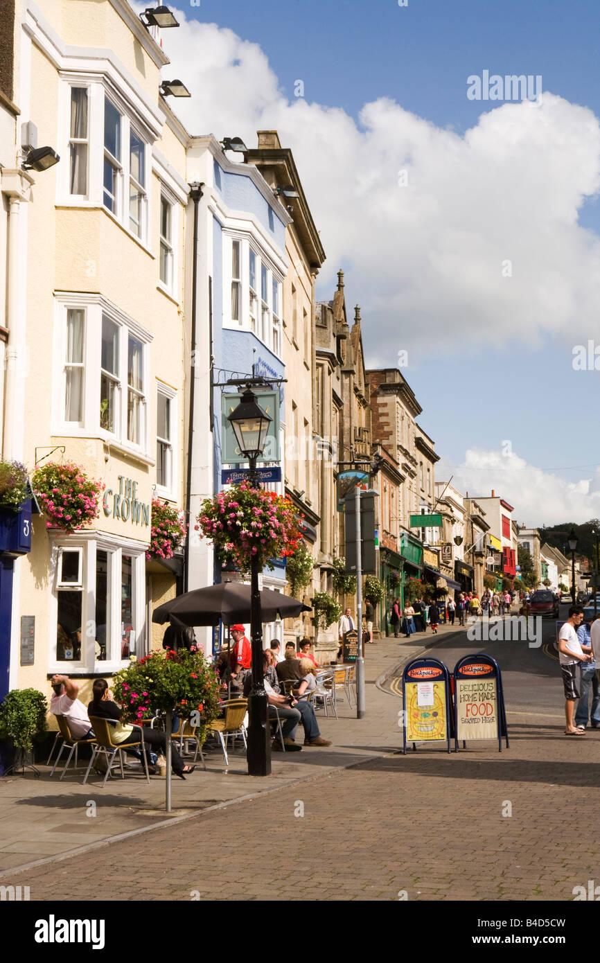UK England Somerset Glastonbury Market Place al fresco diners outside Crown Inn in sunshine - Stock Image