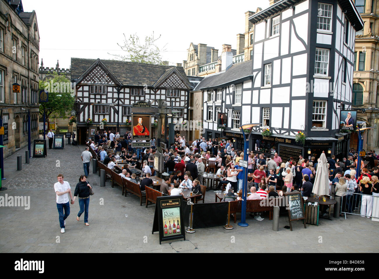 Aug 2008 - People at the Sinclairs Oyster Bar and the Wellington Inn restaurant Manchester England UK Stock Photo