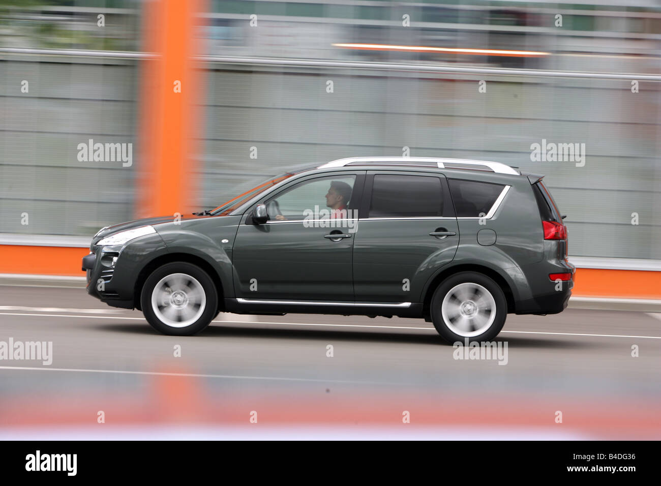 Peugeot 4007 HDi FAP 155 Platinum, model year 2007-, anthracite, driving, side view, City - Stock Image